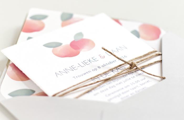 Bruiloft uitnodiging boomgaard appels geschept papier
